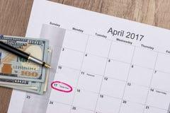 Dolary na kalendarzu - Kwiecień 2017 z piórem Zdjęcia Stock