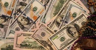 Dolary na starym drewnianym stole Przeciw tłu girlandy, prezent, nowy rok obraz stock