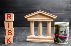 Dolary, rządowy budynek i inskrypci `, Ryzykują ` na drewnianych blokach Ryzyko inwestować w biznesowym projekcie Krótkoterminowi fotografia stock