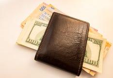 Dolary są na stole w brown kiesie obrazy stock