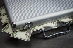 Dolary spadku z srebnej walizki zdjęcie stock
