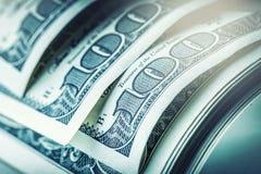 Dolary staczali się zbliżenie Amerykańscy dolary Gotówkowego pieniądze dolar banknotów sto zdjęcia stock
