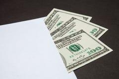 Dolary w białej kopercie obrazy stock