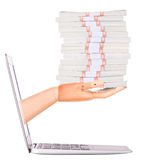 Dolary w drewnianej ręce od laptopu zdjęcia royalty free