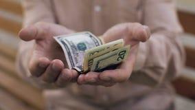 Dolary w starych chwianie rękach, niska stopa życiowa, emerytalny ubóstwo, emerytura zdjęcie wideo