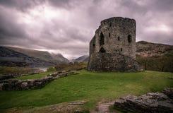 Dolbadarn-Schlossruine mit Ansichten von Snowdonia-Bergen lizenzfreie stockfotografie
