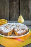 Dolce alle carote delizioso dai dadi, uva passa con la decorazione dell'arancia, pera su un piatto bianco Stile rustico Fotografia Stock Libera da Diritti
