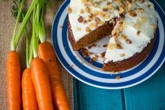 Dolce alle carote e carote fresche Fotografie Stock