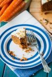Dolce alle carote e carote fresche Fotografie Stock Libere da Diritti
