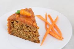 Dolce alle carote sul piatto bianco Fotografia Stock Libera da Diritti