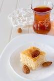 Dolce arabo tradizionale del semolino di Basbousa del pezzo con l'arancia matta Fotografie Stock Libere da Diritti