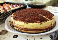 Dolce arancio casalingo saporito con la crema del cioccolato Immagini Stock Libere da Diritti
