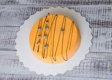 Dolce arancio della mousse del velluto del cioccolato della carota con il mirtillo Immagine Stock