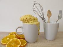 Dolce arancio, dolce della tazza dalla microonda con zucchero arancio Fotografia Stock