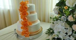 Dolce arancio di nozze con i fiori archivi video