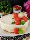Dolce bianco decorato con i pezzi a forma di palla dell'anguria, del melone e del kiwi Immagine Stock