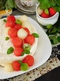 Dolce bianco decorato con i pezzi a forma di palla dell'anguria, del melone e del kiwi Fotografie Stock Libere da Diritti