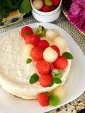 Dolce bianco decorato con i pezzi a forma di palla dell'anguria, del melone e del kiwi Immagini Stock Libere da Diritti
