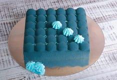 Dolce blu della mousse del velluto del cioccolato con i merengues Fotografia Stock Libera da Diritti