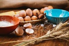 Dolce bollente in cucina rurale - uova degli ingredienti di ricetta della pasta, farina, zucchero sulla tavola di legno d'annata  Fotografia Stock Libera da Diritti