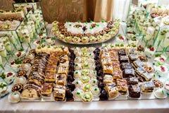 Dolce, caramelle, caramelle gommosa e molle, frutti ed altri dolci sulla tavola del dessert Fotografie Stock Libere da Diritti