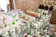 Dolce, caramelle, caramelle gommosa e molle, frutti ed altri dolci sulla tavola del dessert Immagini Stock Libere da Diritti