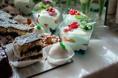 Dolce, caramelle, caramelle gommosa e molle, frutti ed altri dolci sulla tavola del dessert Immagine Stock