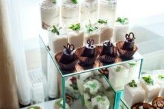 Dolce, caramelle, caramelle gommosa e molle, frutti ed altri dolci sulla tavola del dessert Fotografia Stock