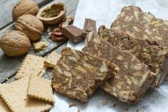 Dolce casalingo con i dadi ed i biscotti del cioccolato Immagine Stock Libera da Diritti