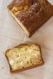 Dolce casalingo con il porro ed il formaggio immagine stock
