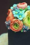 Dolce casalingo con le decorazioni floreali commestibili della pasta dello zucchero Fotografie Stock