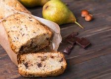 Dolce casalingo con le pere ed il cioccolato Immagini Stock Libere da Diritti