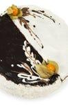 Dolce casalingo decorato con glassare in bianco e nero Fotografia Stock Libera da Diritti