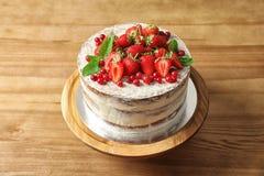 Dolce casalingo delizioso con berrie fresco fotografia stock libera da diritti