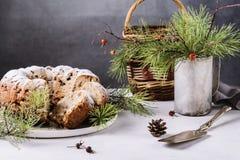 Dolce casalingo tradizionale di natale con i dadi e la frutta secca Fotografia Stock Libera da Diritti