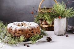 Dolce casalingo tradizionale di natale con i dadi e la frutta secca Fotografia Stock
