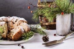 Dolce casalingo tradizionale di natale con i dadi e la frutta secca Fotografie Stock Libere da Diritti