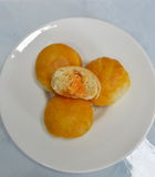 Dolce cinese che riempie fagiolo dolce ed uovo salato sul piatto Immagine Stock Libera da Diritti