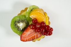 Dolce con bio- frutta fresca, arancia, kiwi, ribes, fragola, vista dalla cima, fondo bianco, isolato della foto immagine stock