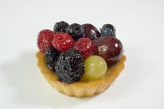Dolce con i bio- frutti freschi, uva, lamponi, more, foto di vista laterale, fondo bianco, isolato immagine stock libera da diritti