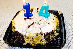 Dolce con le candele sulla tavola di compleanno immagini stock libere da diritti