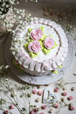 Dolce con panna montata e crema rosa Fotografia Stock