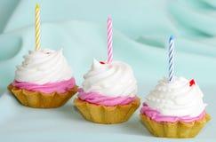 Dolce crema con le candele sul compleanno Fotografia Stock Libera da Diritti