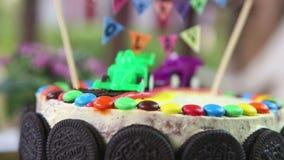 dolce cremoso decorato con i biscotti del cioccolato video d archivio