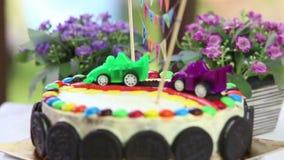 dolce cremoso decorato con le automobili del giocattolo archivi video