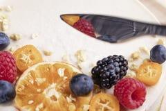 Dolce dai prodotti biologici senza cottura con le bacche ed i frutti fotografia stock