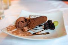 Dolce del brownie con cioccolato immagini stock