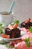 Dolce del brownie del cioccolato con le fragole fresche Fotografia Stock Libera da Diritti