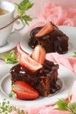 Dolce del brownie del cioccolato con le fragole fresche Immagine Stock