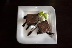 Dolce dolce del brownie dello spuntino del dessert sul piatto in caffetteria locale per la gente tailandese e cibo straniero e be fotografia stock libera da diritti